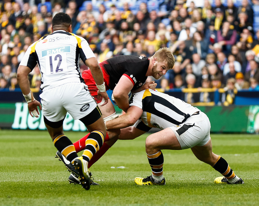 Saracens' George Kruis under pressure from Wasps' George Smith<br /> <br /> Photographer Simon King/CameraSport<br /> <br /> Rugby Union - European Rugby Champions Cup Semi Final - Saracens v Wasps - Saturday 23rd April 2016 - Madejski Stadium - Reading<br /> <br /> &copy; CameraSport - 43 Linden Ave. Countesthorpe. Leicester. England. LE8 5PG - Tel: +44 (0) 116 277 4147 - admin@camerasport.com - www.camerasport.com
