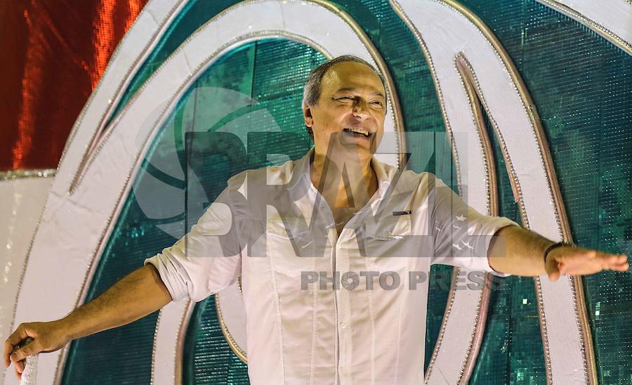 RIO DE JANEIRO, RJ, 11 DE FEVEREIRO 2013 - CARNAVAL RJ - UNIAO DA ILHA - O cantor e compositor Toquinho durante desfile da Escola de União da Ilha durante primeiro dia de desfiles do Grupo Especial do Carnaval do Rio de Janeiro na Marques de Sapucaí na madrugada desta segunda-feira . (FOTO: WILLIAM VOLCOV / BRAZIL PHOTO PRESS).