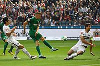 Alfred Finnbogason (FC Augsburg) schießt, David Abraham (Eintracht Frankfurt) blockt den Schuss ab - 16.09.2017: Eintracht Frankfurt vs. FC Augsburg, Commerzbank Arena