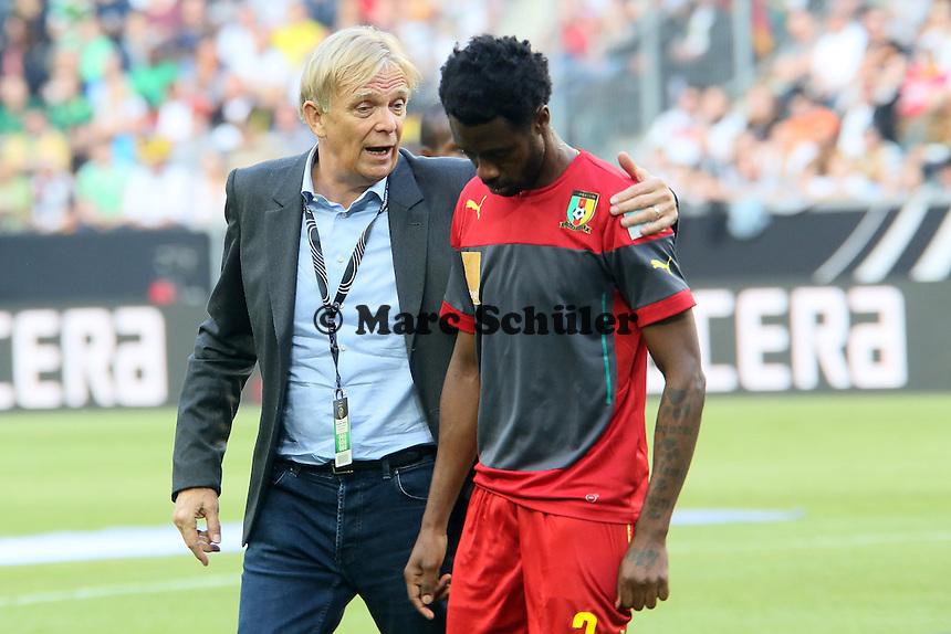 Nicola N'Koulou und Kameruns Nationaltrainer Volker Finke - Deutschland vs. Kamerun, Mönchengladbach