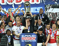 BOGOTA - COLOMBIA -27 -01-2015: Los jugadores de Independiente Santa Fe, celebran con el trofeo como Campeones de la Super Liga 2015, en el estadio Nemesio Camacho El Campin de la ciudad de Bogota.  / Players Independiente Santa Fe, celebrate with the trophy as Champions of the Super Liga 2015 at the the Nemesio Camacho El Campin Stadium in Bogota city. Photo: VizzorImage / Luis Ramirez / Staff.