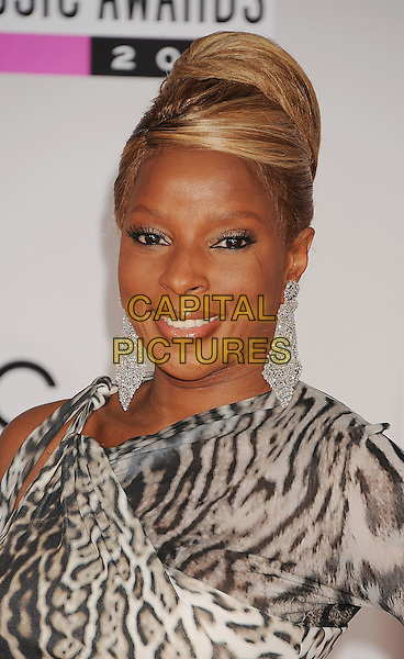 Mary J. Blige.arriving at the 2011 American Music Awards held at Nokia Theatre at L.A. Live in Los Angeles, California, November 20th, 2011.  .arrivals AMA AMAs portrait headshot smiling silver dangly earrings  animal grey gray leopard print .CAP/ROT/TM.©TM/Roth Stock/Capital Pictures
