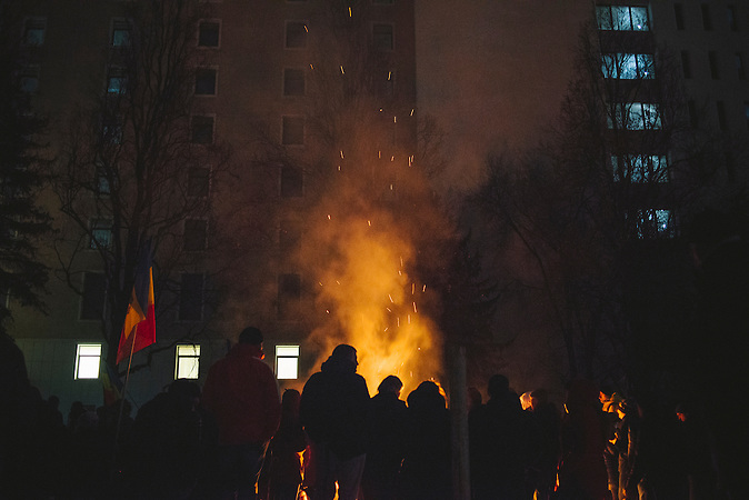 Demonstranten verbrennen Holz, um sich zu w&auml;rmen. Zehntausende demonstrieren gegen die neue Regierung in Chisinau, Republik Moldau. / <br />