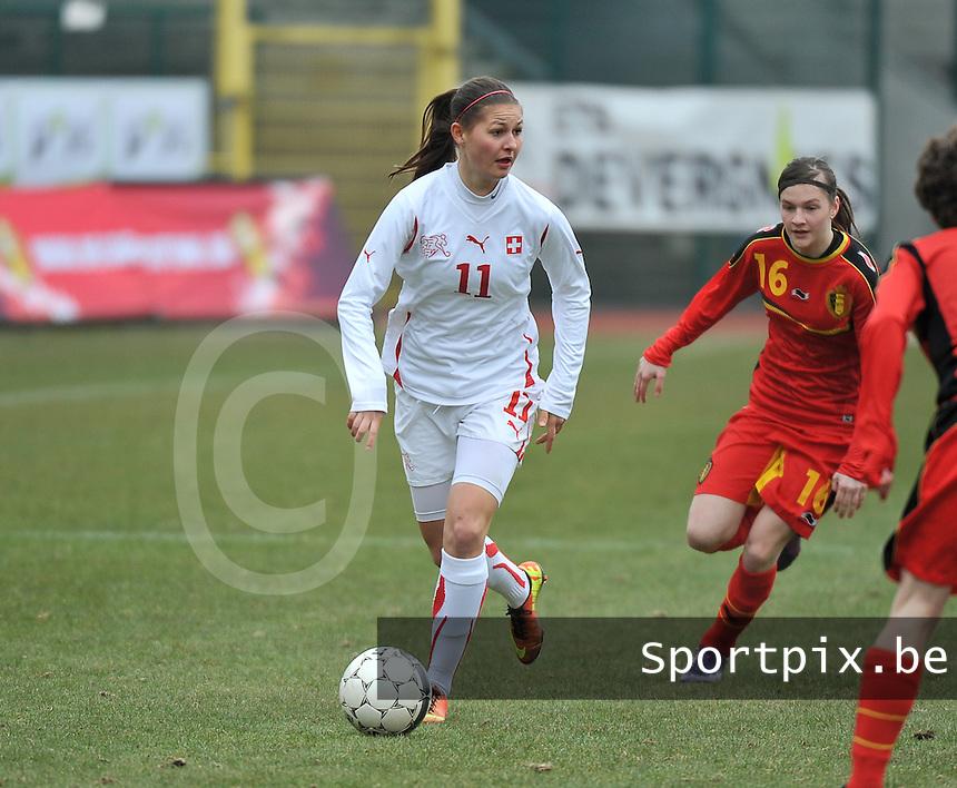 Belgium U19 - Switzerland U19 : Barla Deplazes aan de bal voor Elke Van Gorp.foto DAVID CATRY / Nikonpro.be