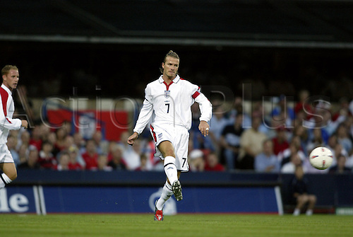 August 20, 2003: DAVID BECKHAM passes the ball forwards. ENGLAND 3 v Croatia 1, International Friendly, Portman Road, Ipswich Photo: Neil Tingle/Action Plus...030820 football soccer player passing pass