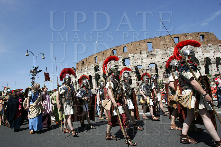 Natale di Roma: parata promossa dal Gruppo Storico Romano a Roma, 20 aprile 2008, in occasione delle celebrazioni per il 2761esimo anniversario della Fondazione di Roma. Sullo sfondo il Colosseo..Parade promoted by the Gruppo Storico Romano (Historical Roman Group) in downtown Rome, 20 april 2008, in occasion of the commemoration for the 2761st anniversary of Rome's Foundation. On background, the ancient Colosseum is seen..UPDATE IMAGES PRESS/Riccardo De Luca