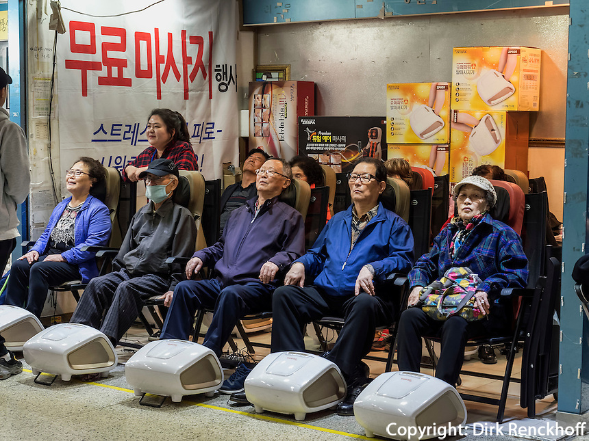 Fu&szlig;masage in der U-Bahn in Seoul, S&uuml;dkorea, Asien<br /> foot massage in Subway-station,  Seoul, South Korea, Asia