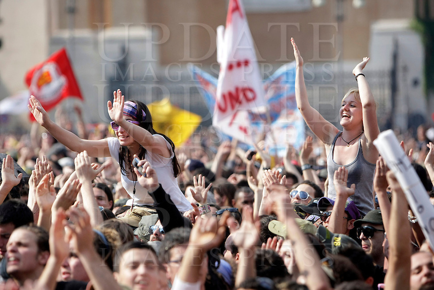 Folla di fans per il tradizionale concerto del Primo Maggio organizzato da Cgil, Cisl e Uil in piazza San Giovanni, Roma, 1 maggio 2009..Fans crowd St. John Lateran's Square, Rome, 1 may 2009, for the traditional May Day concert..UPDATE IMAGES PRESS/Riccardo De Luca..