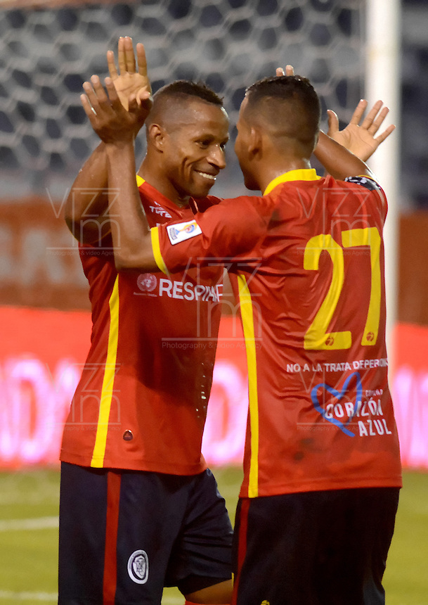 BARRANQUILLA- COLOMBIA - 12-09-2015: Victor Cortes (Izq) jugador de  Uniautonoma celebra un gol anotado a Cortulua  durante partido  por la fecha 12 de la Liga Aguila II 2015 jugado en el estadio Metropolitano / Victor Cortes (L) player of Uniautonoma celebrates  a goal scored to Cortulua during a match for the twelfth date of the Liga Aguila II 2015 played at Metropolitano  stadium in Barranquilla  city. Photo: VizzorImage / Alfonso Cervantes / Contribuidor