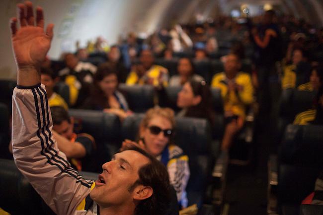 Rodrigo Montera amig arquerol de la selecci&oacute;n Colombia, Faryd  Mondragon anima a los dem&aacute;s familiares despu&eacute;s de aterrizar en el avion de la Fuerza Aerea Colombiana antes del partido entre Colombia y Costa de Marfil en Brasilia el 19  de junio de 2014.<br /> <br /> Foto: Joaquin Sarmiento/Archivolatino<br /> <br /> COPYRIGHT: Archivolatino<br /> Solo para uso editorial. No esta permitida su venta o uso comercial.