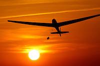 4415/Start:EUROPA, DEUTSCHLAND, HAMBURG, 28.05.2005: Segelflugzeug Start, Windenstart, Start in den Abendhimmel, Sonne, Abendrot, ASK 13 der Firma Alexander Schleicher, Schulung