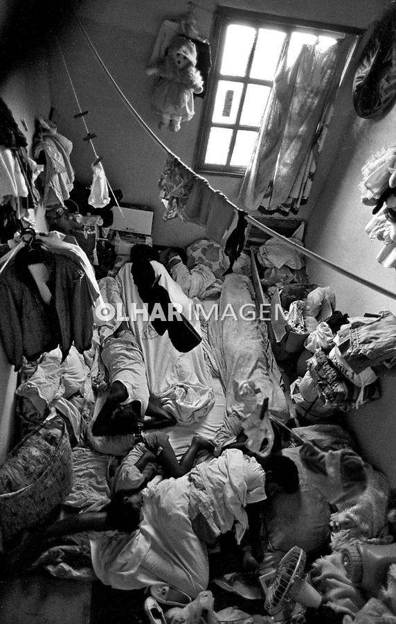Familia de agregados na favela Nova Holanda do Complexo da Mare. Rio de Janeiro. 1997. Foto de Joao Roberto Ripper.