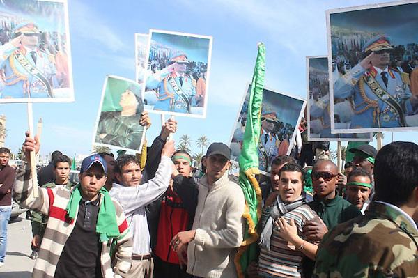 """SAB05. TRIPOLI (LIBIA), 16/02/2011.- Un grupo de libios adeptos al Gobierno sostienen fotografías de su líder Muamar Gadafi hoy, miércoles 16 de febrero de 2011, durante una manifestación en Tripoli (Libia). La televisión estatal al-Jamahirya mostró a cientos de libaneses a lo largo del país en apoyo del Gobierno y mientras gritaban """"Dile a Al Jazeera que no queremos a nadie más que a nuestro líder"""". EFE/Sabri Elmhedwi"""