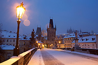 Tschechien, Boehmen, Prag: Winter in Prag, verschneite Karlsbruecke, im Hintergrund der Hradschin und die Prager Burg | Czech Republic, Bohemia, Prague: Charles Bridge, Looking towards the Hradcany district and Prague Castle in the snow