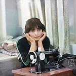 Девушка со швейной машинкой (1980)