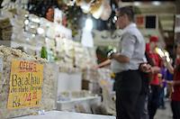 SAO PAULO, 26 DE MARCO DE 2013 - MOVIMENTACAO CONSUMIDORES MERCADO MUNICIPAL -  Movimentação de consumidores de Bacalhau no Mercado Municipal na tarde desta quarta feira, 27, no Mercado Municipal, região central da capital. (FOTO: ALEXANDRE MOREIRA / BRAZIL PHOTO PRESS)