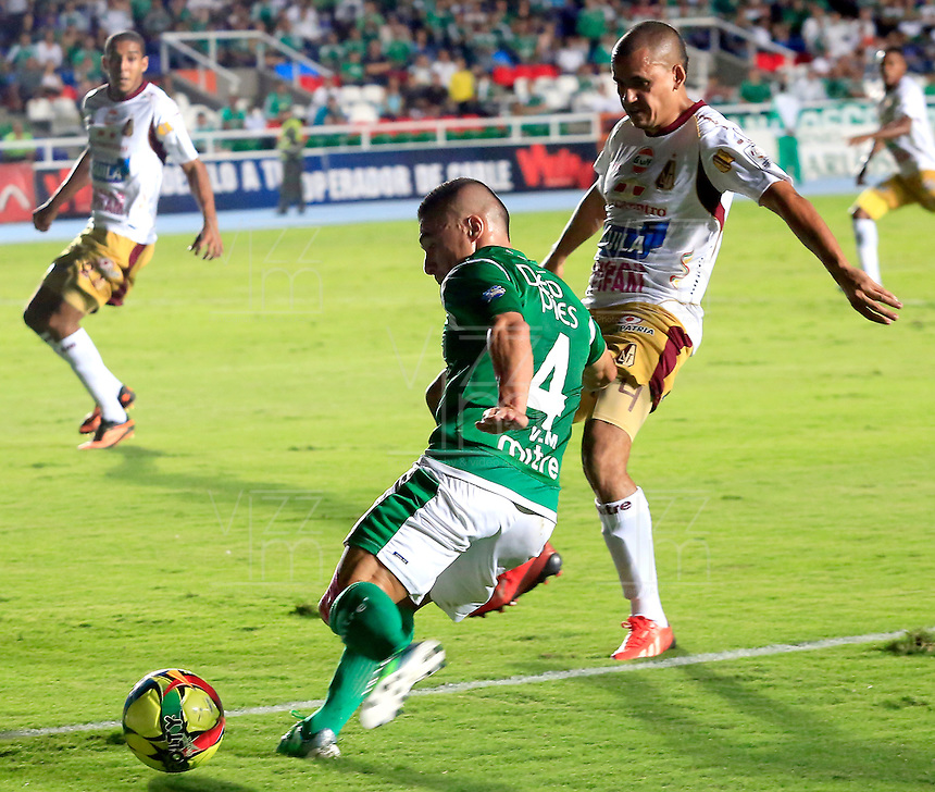 CALI -COLOMBIA-05-10-2013. Vladimir Marin (I) del Deportivo cali disputa el balón con Sergio Otalvaro (D) del Tolima durante partido válido por la fecha 14 de la Liga Postobón II 2013 jugado en el estadio Pascual Guerrero de la ciudad de Cali./ Deportivo Cali player Vladimir Marin (L) fights for the ball with Tolima player Sergio Otalvaro (R) during match valid for the 14th date of Postobon League II 2013 played at Pascual Guerrero stadium in  Cali city.Photo: VizzorImage/Juan C. Quintero/STR