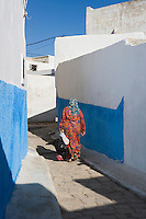 Afrique/Afrique du Nord/Maroc/Rabat: dans les ruelles de la kasbah des Oudaïas femme rentrant du marché avec un dindon
