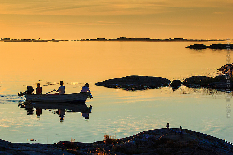 Sommarnatt i ytterskärgården vid Ut-Fredel i Stockholms skärgård. / Summer night in Stockholms archipelago Sweden.