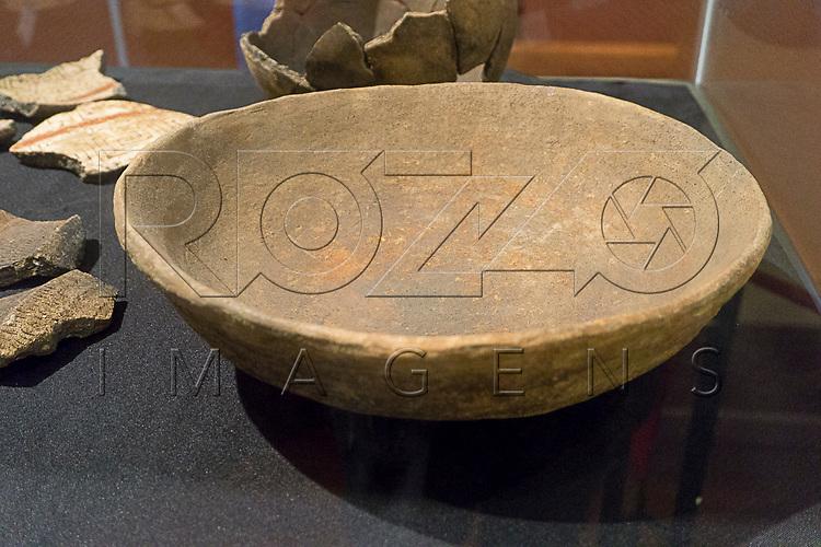 Tigela Tupiguarani no Museu de Antropologia do Vale do Para&iacute;ba, Jacare&iacute; - SP, 06/2016.<br /> Origem: S&iacute;tio Arqueol&oacute;gico Santa Marina, Jacare&iacute; - SP, Material/T&eacute;cnica: Cer&atilde;mica/Acordelamento, Cronologia: Aproximadamente 500 anos.