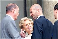 Le prÈsident Jacques Chirac & Bernadette Chirac reÁoivent ZinÈdine Zidane & l'Èquipe de France de Football ‡ l'ElysÈe aprËs la finale de la Coupe du Monde. #