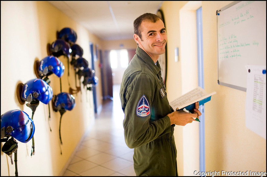 -2008- Salon de Provence- Locaux de la Patrouille de France sur la base 701. Capitaine François Breton qui écrit ,en Anglais, la citation du jour.