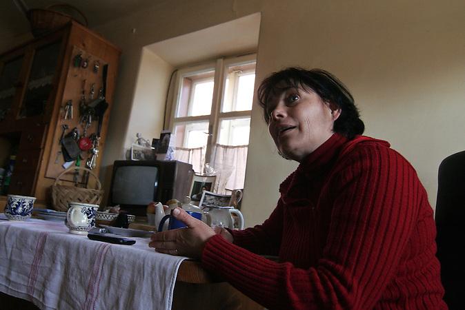 Caroline Fernolend, die Tochter von Sarah Dootz, ist eine der letzten Sachsen, die noch immer im Dorf leben. Als Wortführerin und Unternehmerin innerhalb der mittlerweile ethnisch durchmischten Gemeinschaft hat sie sich nach der Wende viel für den Erhalt und die Wiederbelebung ihres Heimatdorfes engagiert. Das Dorf Viscri in Siebenbürgen ist aufgrund seiner schönen und gut erhaltenen Häuser ein touristisch beliebtes Ziel. Der deutsche Name des Dorfes lautet Deutsch-Weißkirch. / Caroline Fernolend, 48, is one of the last Saxons still living in the village of Viscri, Romania. A leader and entrepreneur within the nowadays ethnically mixed community, Caroline has done a lot to preserve and revitalize her native village. The village Viscri is a popular spot for tourists because of its well preserved and nice houses. Its old german name is Deutsch-Weißkirch.
