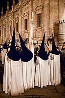 Spanien, Andalusien, Sevilla: Buesser vor der Kathedrale von Sevilla waehrend der Semana Santa | Spain, Andalusia, Seville: Penitents outside Seville Cathedral during Semana Santa (Holy Week)