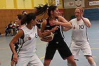 Özseli Gultekin (Hanau) kämpft gegen Patricia Mendez-Modesto und Antje Gonnermann (TVGG) um den Ball