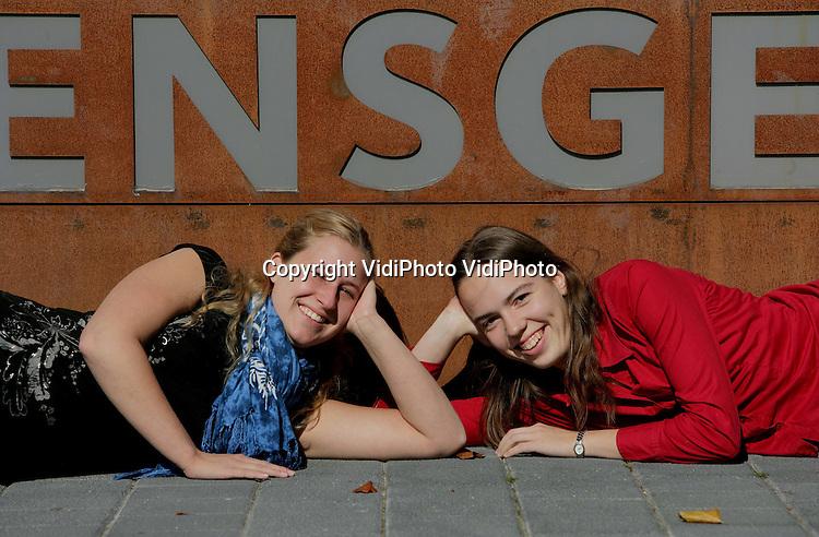 Foto: VidiPhoto..NIJMEGEN - Portret van Hanne Kause (l) en Karen ? in het Huijgensgebouw van de Radbouduniversiteit in Nijmegen.