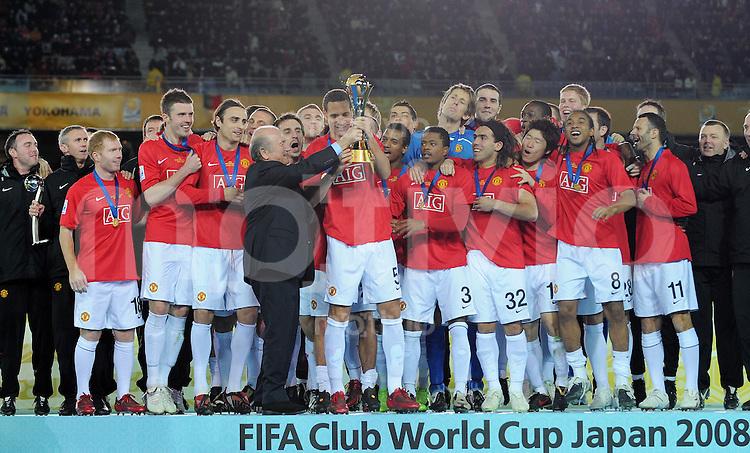 Fussball International FIFA Club WM Japan 2008     21.12.2008 Finale Liga de Quito - Manchester United FIFA Praesident Joseph S. Blatter uebergibt den Pokal an Kapitaen Rio Ferdinand (ManU)