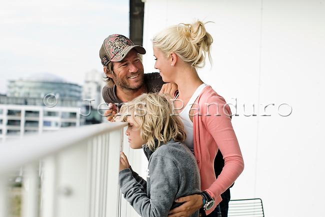 Frederik Fetterlein og Charlotte Damberg og Fetterleins søn Tobias (10) fra et tidligere ægteskab i lejligheden på Islands Brygge.<br /> <br /> <br /> Foto: Jens Panduro