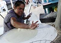 San Antonio de la Cal &ldquo;Cuna de las Tlayudas&rdquo;; manjar tradicional de ma&iacute;z oaxaque&ntilde;o<br /> <br />  <br /> <br />  <br /> <br /> A tan s&oacute;lo 10 minutos del coraz&oacute;n de la ciudad se encuentra el municipio de San Antonio de la Cal, el cual es reconocido como la &ldquo;Cuna de la Tlayudas&rdquo;, alimento de ma&iacute;z el cual se ha posicionado como uno de los productor tradicionales originarios del estado de Oaxaca, y el cual ha destacado dentro de la gastronom&iacute;a mexicana proyect&aacute;ndose a nivel internacional debido a la riqueza en su sabor reflejo de su detallada elaboraci&oacute;n.<br /> <br />  <br /> <br /> Es de destacar que &ldquo;La Tlayuda&rdquo; en si,  es una tortilla t&iacute;pica de los valles centrales del estado de Oaxaca, cuyas principales caracter&iacute;sticas son su gran tama&ntilde;o, ya que incluso pueden medir m&aacute;s de 40 cent&iacute;metros de di&aacute;metro, as&iacute; como su sabor, ya que debido a su elaboraci&oacute;n en la cocci&oacute;n del comal, le da una consistencia semi-tostada muy diferente a las tortillas normales.<br /> <br />  <br /> <br /> Este alimento realizado con ma&iacute;z criollo y en un procedimiento ancestral, es preparada con otros ingredientes que la hacen un platillo muy peculiar, y que en estas fechas v&iacute;speras de las celebraciones de la Guelaguetza en el estado de Oaxaca, la hacen uno de los platillos favoritos para los turistas.<br /> <br />  <br /> <br /> Tradici&oacute;n de generaci&oacute;n en generaci&oacute;n<br /> <br />  <br /> <br /> A decir de Aurelia Mar&iacute;a Morales Santiago, pobladora de San Antonio de la Cal y de oficio tortillera desde que tenia 10 a&ntilde;os, este manjar de ma&iacute;z oaxaque&ntilde;o ha sido elaborado desde sus ancestros y ha prevalecido como una tradici&oacute;n en su familia.<br /> <br />  <br /> <br /> Aqu&iacute; nuestro pueblo San Antonio de la Cal es la cuna de las  tlayudas y es una tradici&oacute;n para nosotros