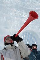 """Amérique/Amérique du Nord/Canada/Québec/ Québec: On soufle dans le strompetets rouges au    """"Palais de Glace"""" lors du Carnaval de Québec sur la place de l'Assemblée Nationale  dit aussi Palais de Bonhomme"""