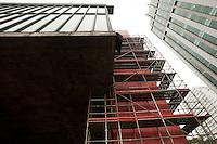 SÃO PAULO, SP, 05.05.2015 - MASP-SP - Operários trabalham na  montagem dos andaimes para restauração e pintura dos quatro pilares do vão do Masp, na Avenida Paulista, em São Paulo (SP), nesta terça-feira, 05. (Foto: Gabriel Soares/ Brazil Photo Press)