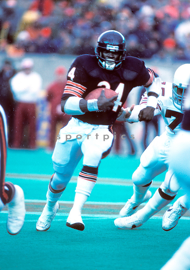 Chicago Bears Walter Payton (34) in action during a game against the St. Louis Cardinals on December 19, 1982 at Soldier Field in Chicago, Illinois.  The Cardinals beat the Bears 10-7. Walter Payton was inducted to the Pro Football Hall of Fame in 1993(AP Photo/David Durochik)