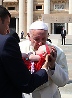 Papa Francesco bacia una bambina al termine dell'udienza generale del mercoledi' in Piazza San Pietro, Citta' del Vaticano, 29 agosto 2018.<br /> Pope Francis kisses a child as he leaves at the end of his weekly general audience in St. Peter's Square at the Vatican, on August 29, 2018.<br /> UPDATE IMAGES PRESS/Isabella Bonotto<br /> <br /> STRICTLY ONLY FOR EDITORIAL USE