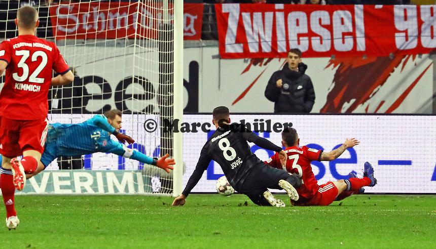 Torwart Manuel Neuer (FC Bayern Muenchen) pariert die Chance von Luka Jovic (Eintracht Frankfurt) - 22.12.2018: Eintracht Frankfurt vs. FC Bayern München, Commerzbank Arena, DISCLAIMER: DFL regulations prohibit any use of photographs as image sequences and/or quasi-video.