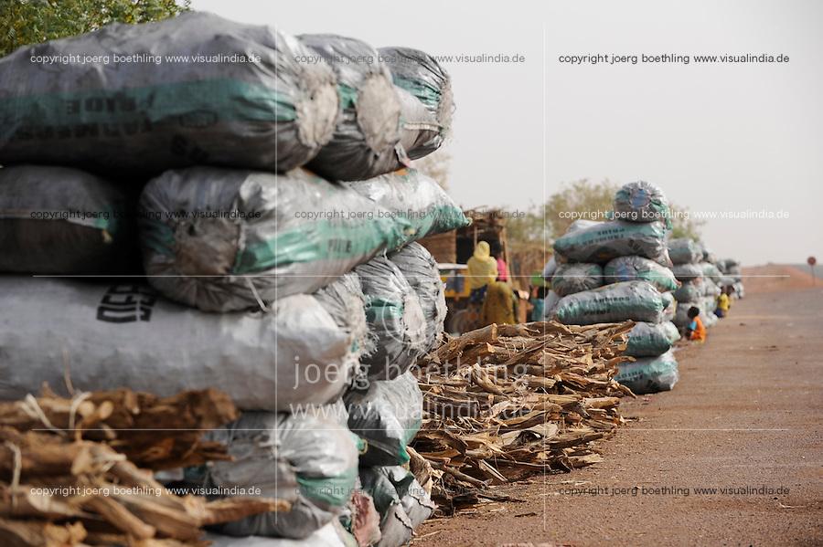 MALI Djenne , people sell charcoal at main road / MALI Djenne , Haendler verkaufen Holzkohle an der Strasse