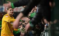 FUSSBALL   1. BUNDESLIGA   SAISON 2012/2013    20. SPIELTAG SV Werder Bremen - Hannover 96                           01.02.2013 Sebastian Mielitz (SV Werder Bremen) bedankt sich bei den Fans in der Ostkurve