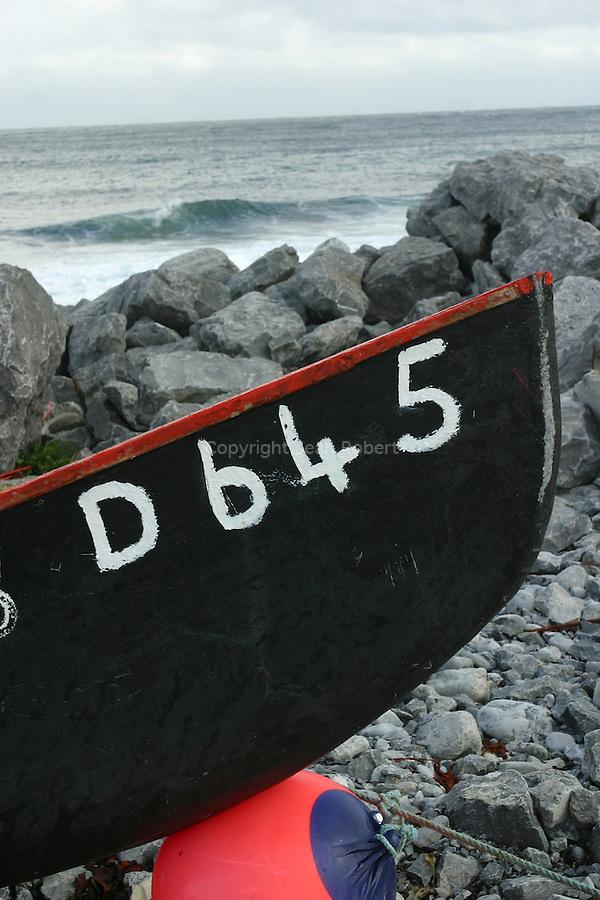 Bateau traditionnel en toile goudronnée (currach) sur la jetée d'Inishmaan.Currach (traditional boat) on the Inishmaan pier