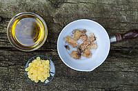 Harz-Salbe selbermachen, selber machen, selber rühren: Zutaten: Fichtenharz, Olivenöl, Bienenwachs. Balsam, Harzsalbe, Harzcreme, Harzbalsam, Pechsalbe, Fichtenharz wird zusammen mit Olivenöl und Bienenwachs zu einer Heilsalbe, Heilcreme, Creme, Salbe verarbeitet, Fichten-Harz, Baumharz, Harz, liquid pitch, tree gum, galipot, gallipot. Gewöhnliche Fichte, Fichte, Rot-Fichte, Rotfichte, Picea abies, Spruce, Common Spruce, Norway spruce, L'Épicéa, Épicéa commun