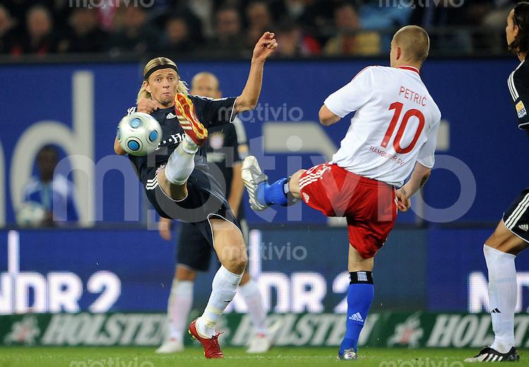 FUSSBALL  1. BUNDESLIGA   SAISON 2009/2010   7. SPIELTAG Hamburger SV - FC Bayern Muenchen                     26.09.2009 Mladen PETRIC (re, Hamburg) gegen Anatoliy TYMOSHCHUK (li, Bayern)