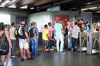 RIO DE JANEIRO, RJ, 03 DE MAIO DE 2013 - PANE ELETRICA NA ESTAÇAO DO METRO RIO - Uma pane elétrica no sistema de energia do Metrô do Rio causou um tumulto nas estações da linha 2. Passageiros ficaram até 20 minutos na estação de Coelho Neto aguardando a composição que vinha da estação Pavuna sentido Zona Sul. Após o metrô chagar na estação e os passageiros entrarem, o trem ficou parado por mais 10 minutos e depois foram informados de que deveriam deixar o vagão. Uma enorme fila se formou nas catracas e os seguranças tiveram que conter os passageiros que já estavam nervosos com a situação, e depois voltaram para dentro da composição que seguiu e perou por mais 10 minutos na estação Colégio. FOTO SANDROVOX/BRAZIL PHOTO PRESS