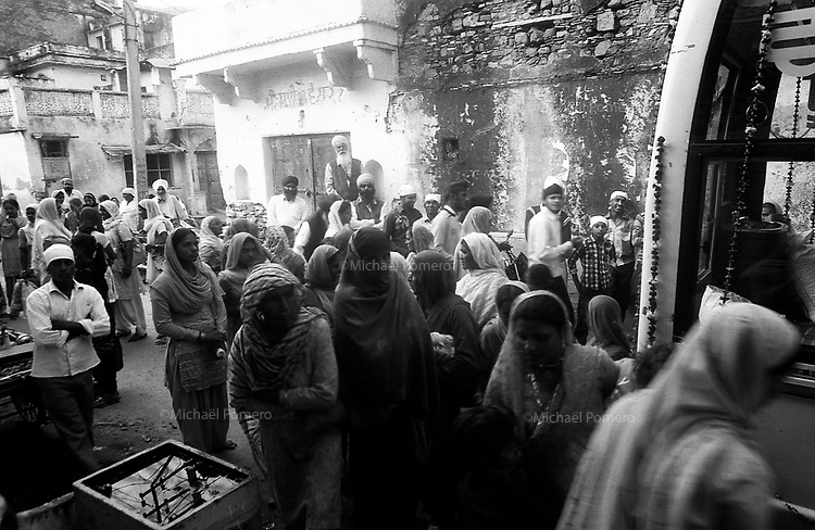 11.2010 Bundi (Rajasthan)<br /> <br /> Crowd at the entrance of the temple during Guru Nanak festival.<br /> <br /> La foule devant l'entrée du temple pendant la fête de guru Nanak.