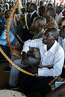 UGANDA, Arua, holy mass on sunday, musician play Enanga string instrument, trough zither / Sonntagsmesse in Dorfkirche, Kirchenmusik mit Ennanga Saiteninstrument aehnlich einer Zither