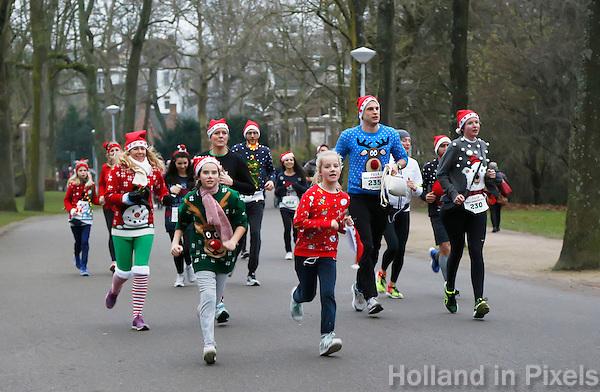 Nederland Amsterdam 2016. Ugly Sweater Run. Hardlopen in het Vondelpark in je lelijkste Kersttrui. De kerstman loopt ook mee. Foto Berlinda van Dam / Hollandse Hoogte