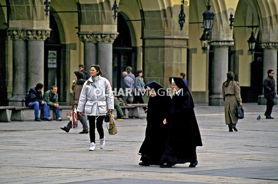 Freiras na praça em Cracóvia. Polônia. 1994. Foto de João Caldas.