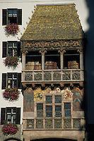 Europe/Autriche/Tyrol/Innsbruck: Le petit toit d'or (Goldenes Dachl) - Avant-corps de deux étages dont le toit est couvert de 2738 bardeaux de cuivre dorés à l'or fin
