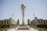 Der Bayterek Turm geht auf Pläne des kasachischen Präsidenten Nursultan Nazarbajew zurück. Er steht im Zentrum der neuerrichteten Haupstadt Astana. Für viele Kasachen geht mit dem Besuch in der Steppenstadt ein lang gehegter Wunsch in Erfüllung. Kasachstan ist rohstoffreich und prosperiert. Kritik an den Schattenseiten des Aufstiegs duldet das System von Präsident Nursultan Nasarbajew nur geringfügig. Bilder von Hinterhöfen und grauen Vorstädten sollen nicht an die Öffentlichkeit gelangen. / Kazakhstan is a resource-rich and prosperous country.  President Nursultan Nasarbajew's system hardly allows any criticism. Pictures of backyards and suburbs are not supposed to go public.